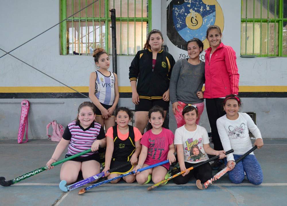 La profesora Mariela Caruso tiene a cargo a 25 niñas en el hockey formativo del Saladillo Club.