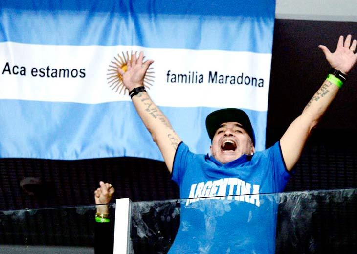 Diego presente. Maradona alentó desde bien temprano a Delbonis y luego a Delpo.