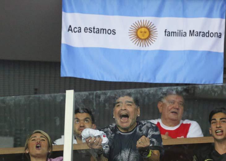 """EUFORIA """"MARADONIANA"""". Fiel a su estilo, Diego Maradona armó un verdadero festival en su palco: el 10 no paró de alentar un segundo, arengó a los hinchas criollos presentes constantemente y se emocionó hasta las lágrimas con el triunfo final de Delbonis. Antes, el propio Juan Martín Del Potro le obsequió la raqueta con la que superó a Cilic en un épico partido a cinco sets."""