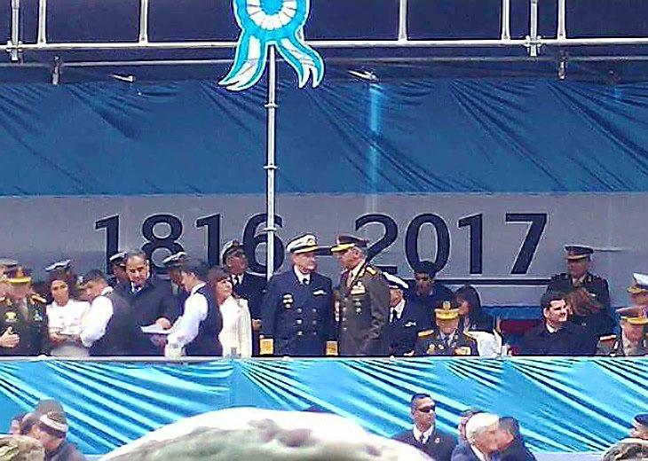 Comenzó el desfile militar por los 207 años de la Patria