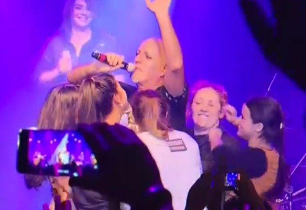 Otro escándalo con Gustavo Cordera: fans lo manosearon en pleno show