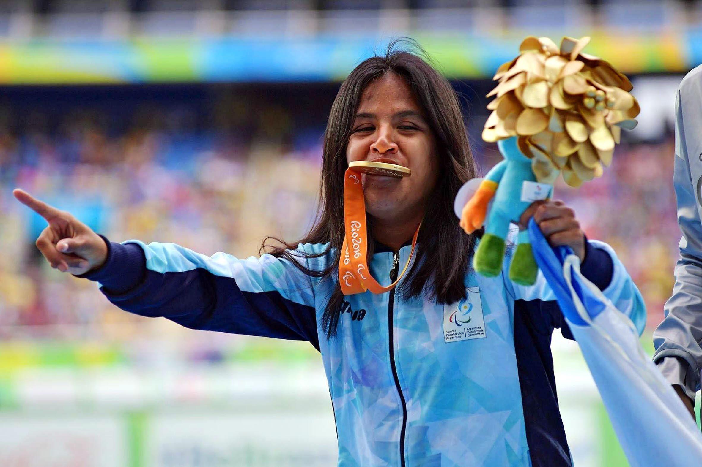 Le quitan pensión a atleta paralímpica que ganó oro en Río 2016