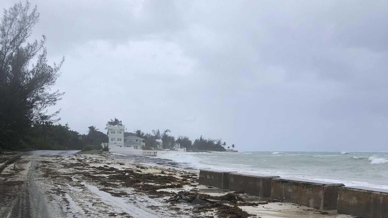 Dorian baja a categoría tres y causa cinco muertos en Bahamas