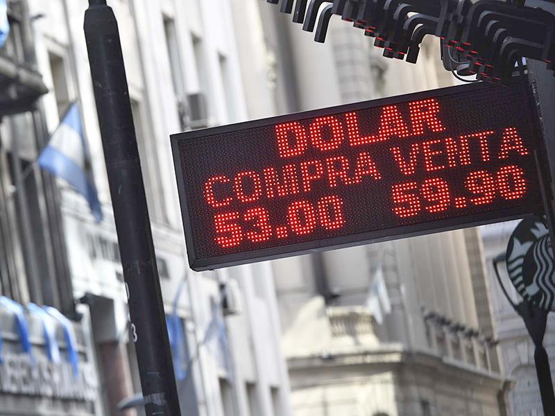 Tras las restricciones cambiarias, el dólar cerró este lunes en $57
