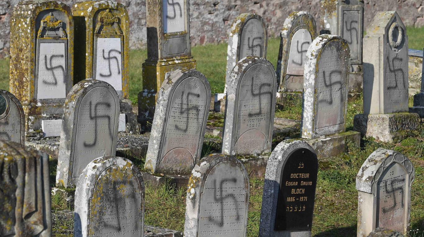 Profanaron más de 100 tumbas en un cementerio judío de Francia