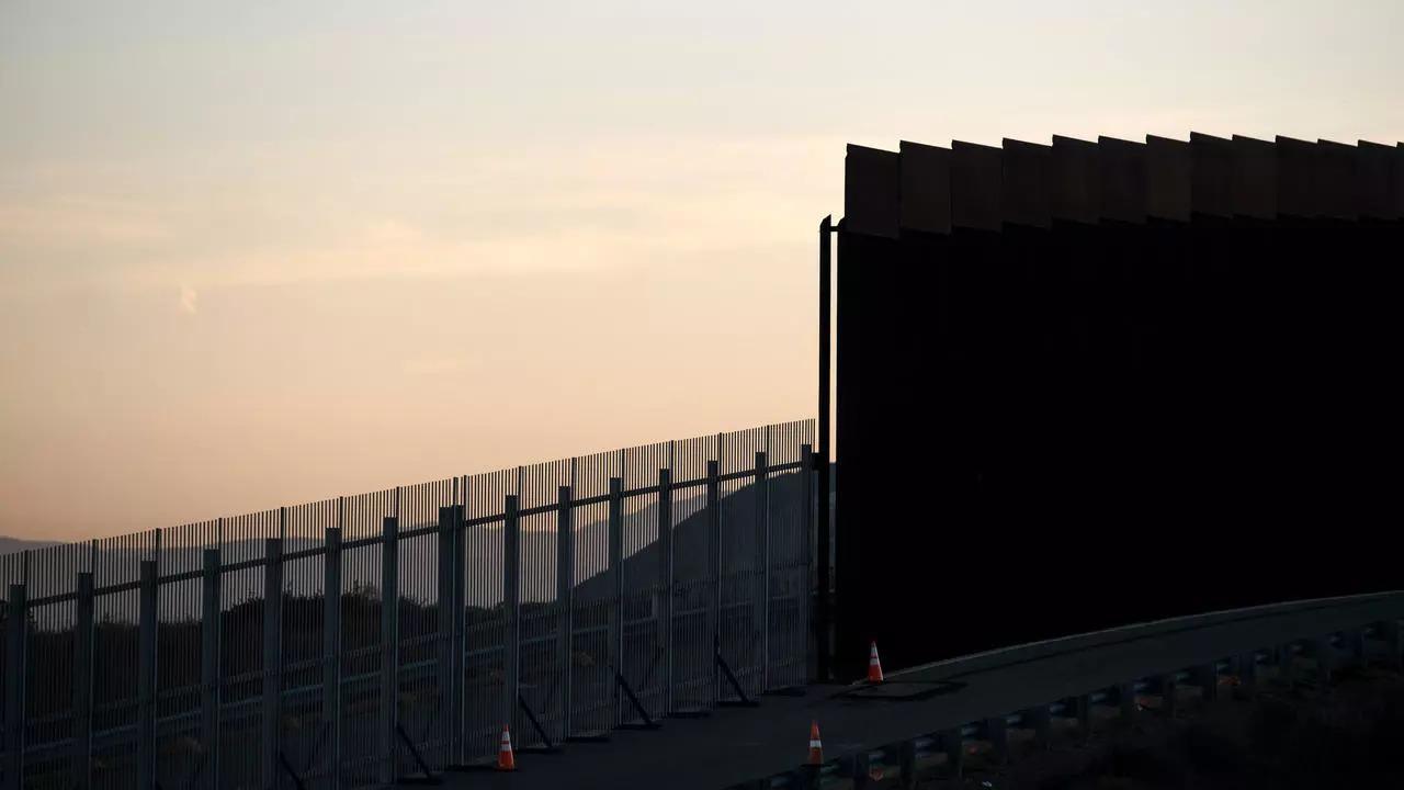 Lanzan a dos niñas migrantes desde el muro en el paso